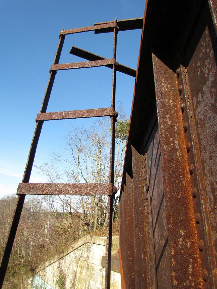 A PRR style signal ladder is all that remains of the 10L signal on the flyover bridge.